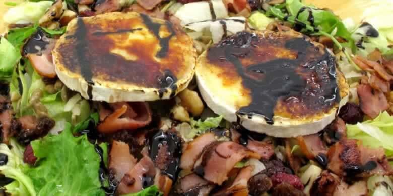 Ensalada de frutos secos con queso de cabra caramelizado